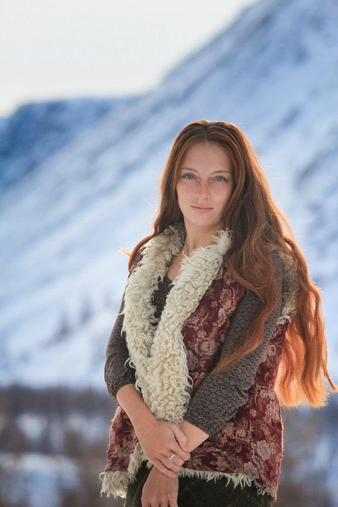Elena Besedinaè un'artista itinerante e fotografa siberiana. Vive in una piccola casa in legno nella taiga della Yakutia, a 4.800 chilometri da Mosca. Prima di conoscere il suo futuro marito, grande viaggiatore, viveva e lavorava a Chelyabinsk, negli Urali. Non molto tempo dopo essersi conosciuti la coppia ha deciso di abbandonare la vita di città per iniziare una nuova vita nomade