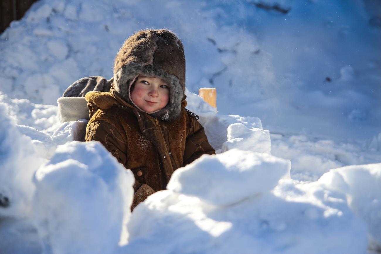 I bambini crescono in mezzo alla natura e vivono un'infanzia incredibile. I loro amici sono le renne e si possono muovere liberamente esplorando lo spazio circostante
