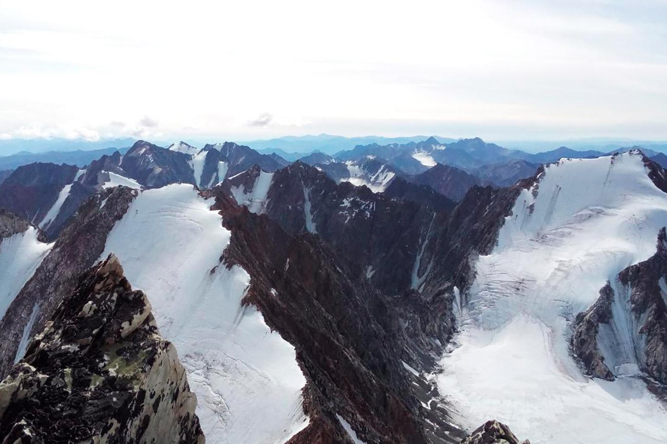 La Yakutia è una terra piena di leggende selvagge, come quella che riguarda la catena montuosa di Sarykchan. La gente del posto è convinta che, se si concepisce un bambino qui, egli diventerà un supereroe. Si tratta comunque di un luogo estremo, con inverni incredibilmente rigidi ed estati con piogge incessanti