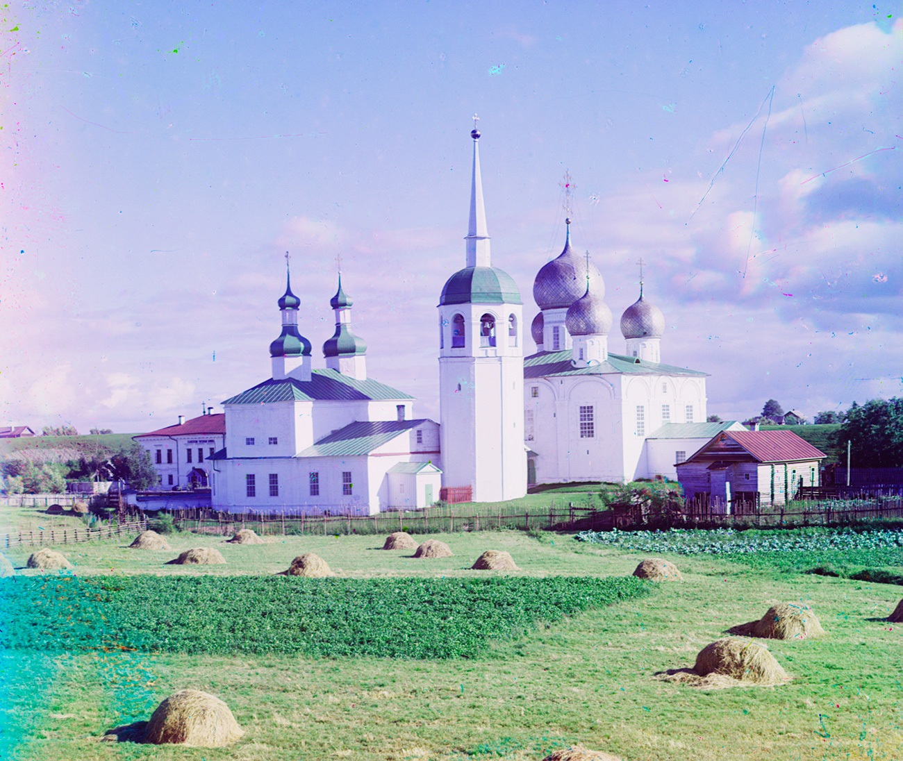 Belozersk kremlin. Church of St. Basil the Great and St. Nicholas (left), bell tower, Cathedral of Transfiguration. Summer 1909. / Sergei Prokudin-Gorsky