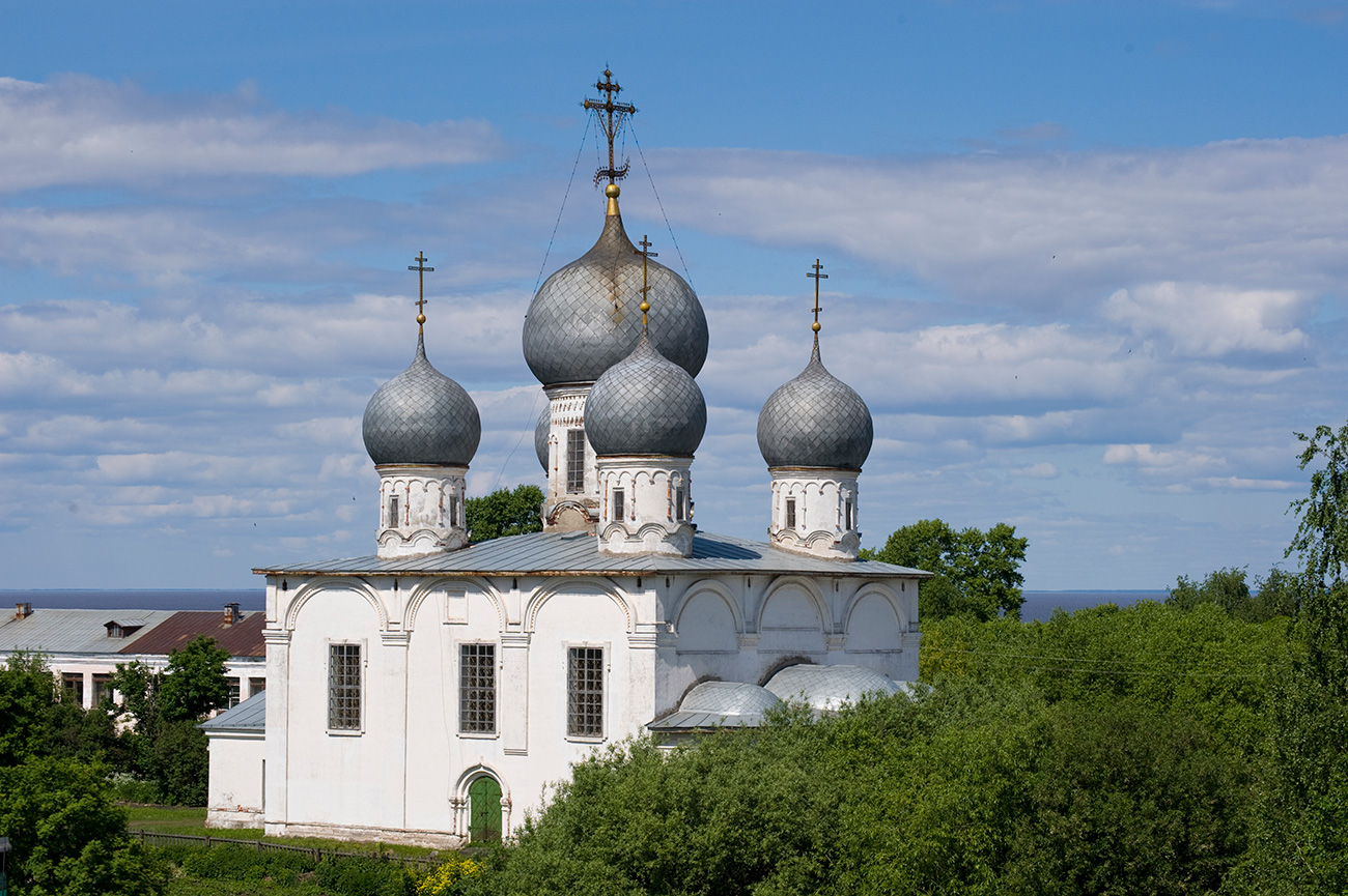 Cathedral of Transfiguration, southeast view from south rampart of kremlin. June 9, 2010 / William Brumfield
