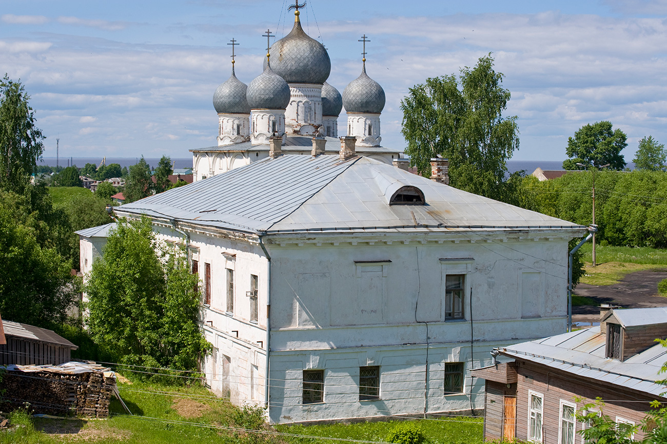 Local admin offices with Transfiguration Cathedral in background, view from east rampart. June 9, 2010 / William Brumfield