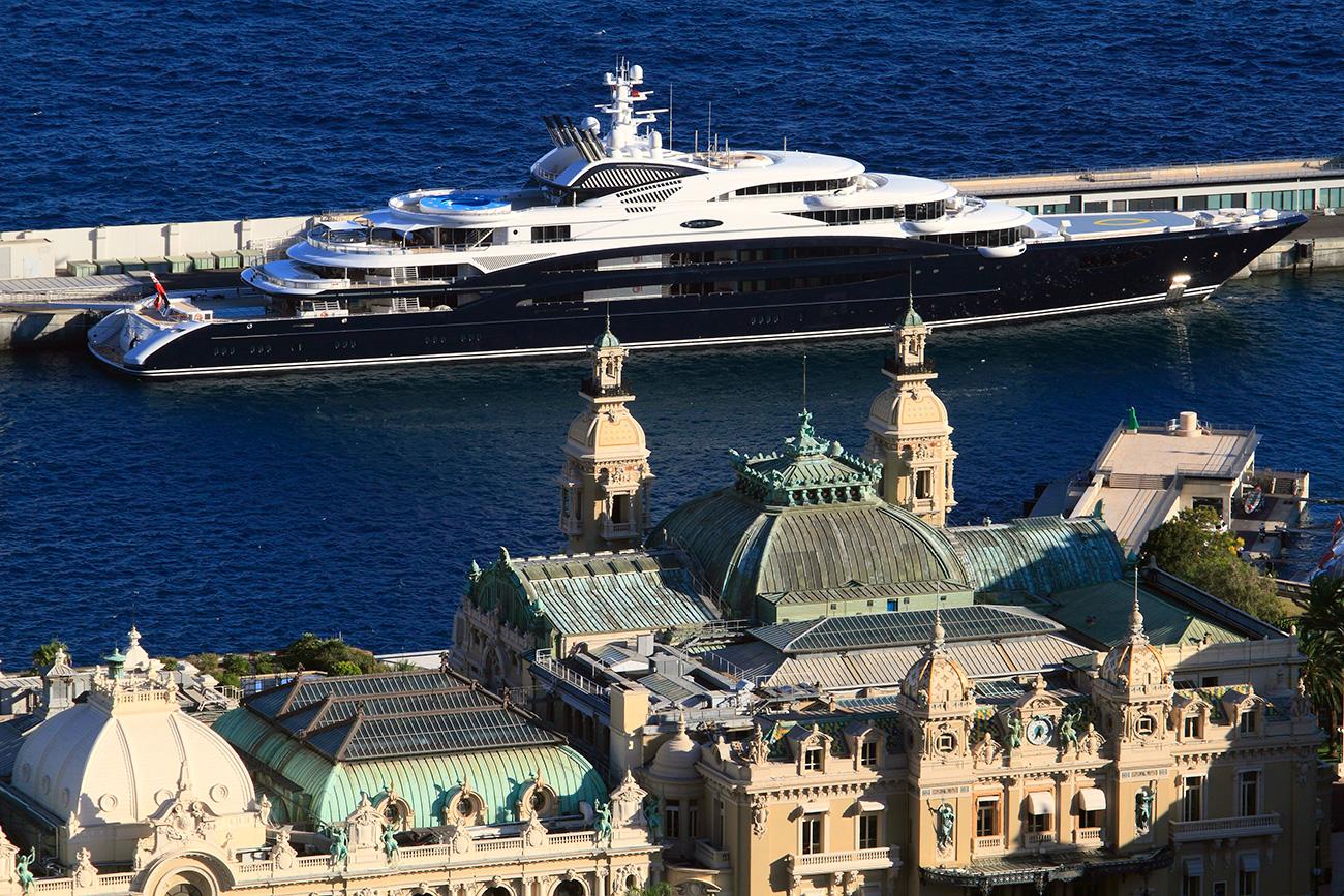 Mega-yacht luxueux de Youri Chefler, magnat russe de la vodka, en France.