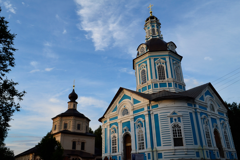 Mariä-Schutz-und-Fürbitte-Kirche und Nikolajkirche des Klosters des Heiligen Tichons\n