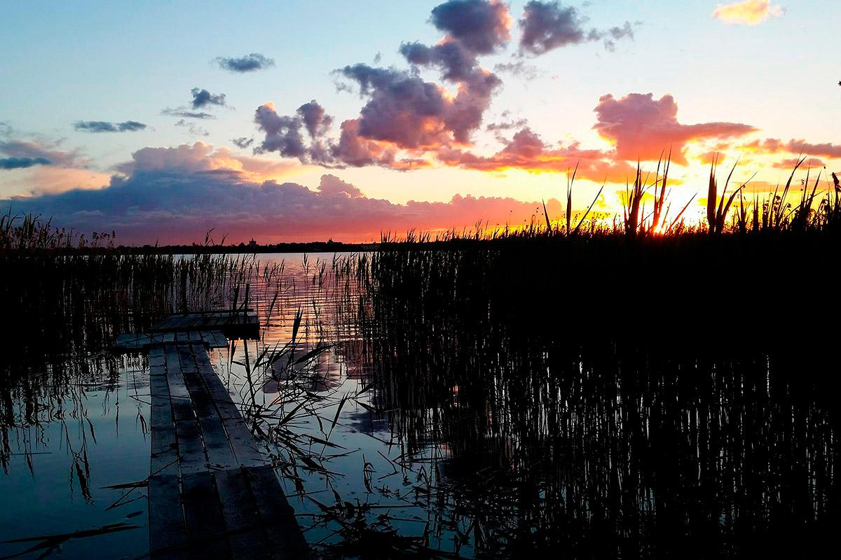 Залазак сунца на језеру Соломеноје. Шта вам још треба за романтично вече? Уствари, требаће вам спреј против комараца. Извор: Пеги Лозе
