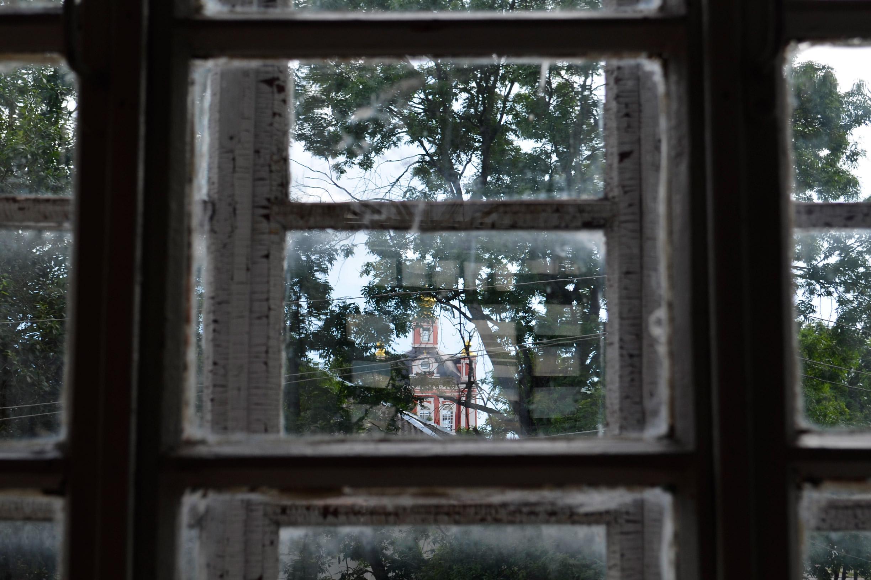 Blick auf dieKorsun-Christi-Geburts-Kirche vom örtlichen Heimatkundemuseum aus, welches sich - Wie könnte es auch anders sein? - selbst in einem einstigen Kirchengebäude befindet.\n