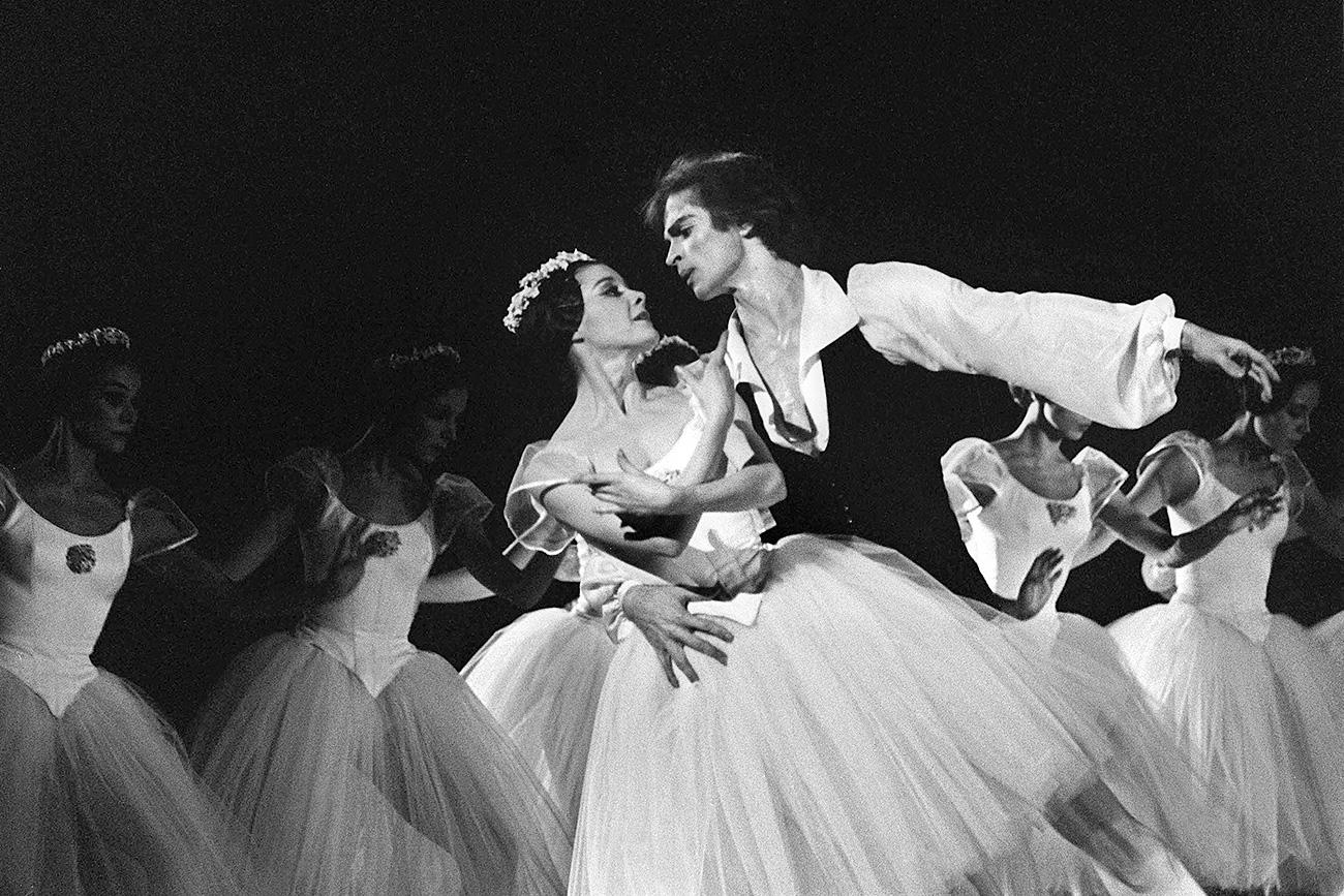 """Rudolf Nuréyev interpreta """"Las Sílfides"""" en 1972, en homenaje a Serguéi Diághilev en la Ópera de París. Fuente: AFP"""