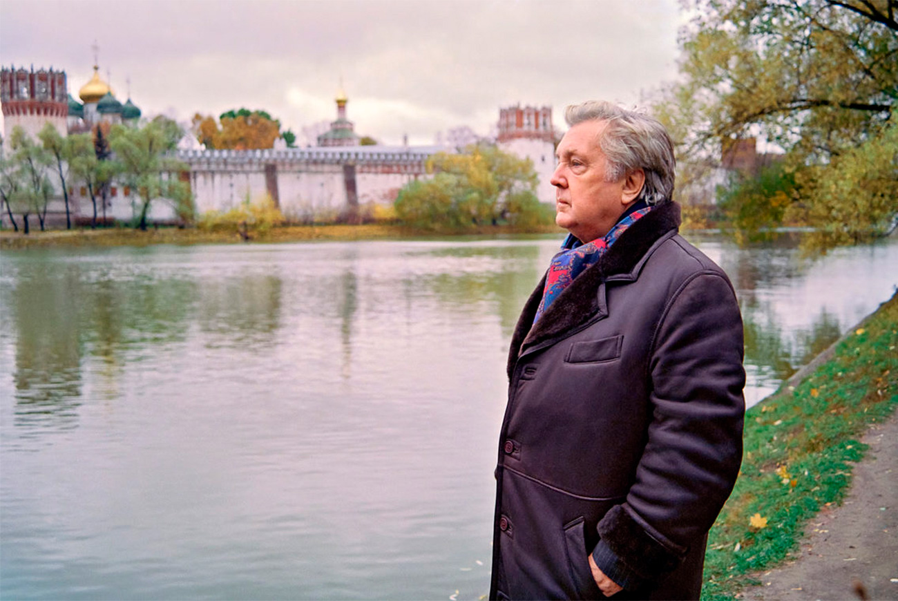 Родио се у Лењинграду (данашњи Санкт Петербург) 1930 године. Једини је из своје преживео страшну нацистичку опсаду свог родног града, од које је углавном од глади страдало око милион цивила. Као звезда Перестројке, Глазунов је током тих турбулентних година сликао суморне и патриотске слике.