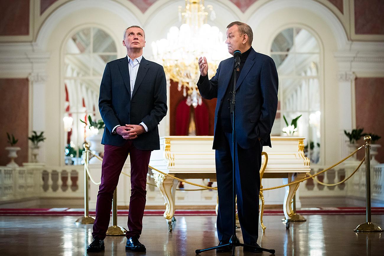 Vladímir Urin, director del Teatro Bolshói con el director de ballet Majar Vazíev, ante la prensa. 10 de julio de 2017. Fuente: AP.