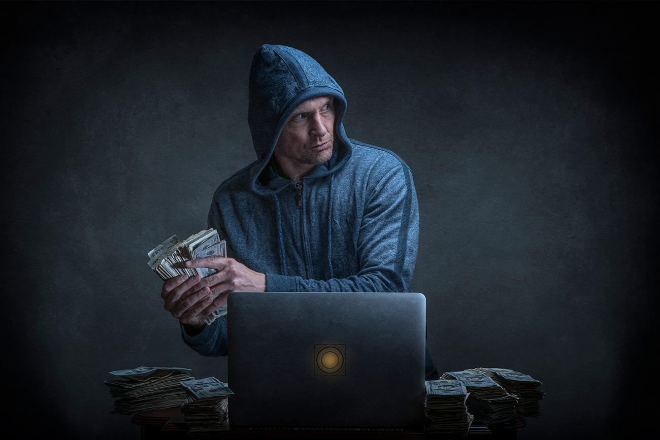 Media sosial saat ini semakin digunakan sebagai cara baru pemerasan, di mana para kriminal menggunakan situs web seperti Facebook untuk menyasar calon korban dan menekan mereka supaya mengirim uang.