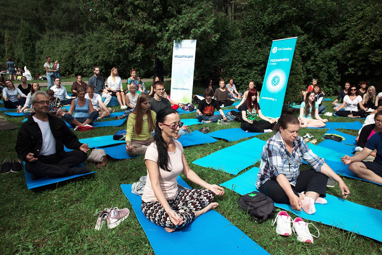 Yoga en el Parque Sokólniki, Moscú. Fuente: Iliá Pítalev/RIA Nóvosti