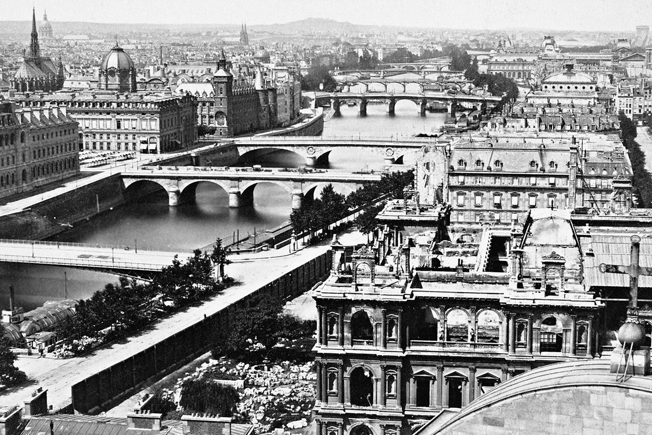 Panorama von Paris entlang der Seine. Links liegt die Ile de la Cit� mit der Kirche Ste. Chapelle. Die Br�cken von vorne beginnend: Pont d'Arcole, Pont Notre Dame, Pont Au Change, Pont-Neuf, Pont des Arts, Pont du Carrousel, Pont Royal.