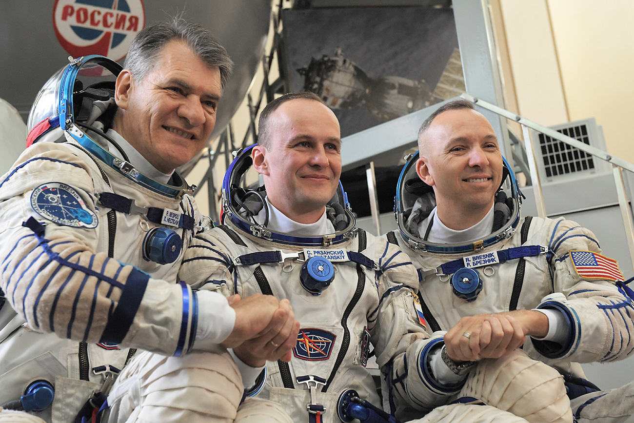 """Членовите на екипажот на МВС-52/53 мисија:  астронаутот на Европската вселенска агенција Паоло Несполи (лево), космонаутот на """"Роскосмос"""" Сергеј Рјазањски и астронаутот на НАСА Ренди Бресник."""
