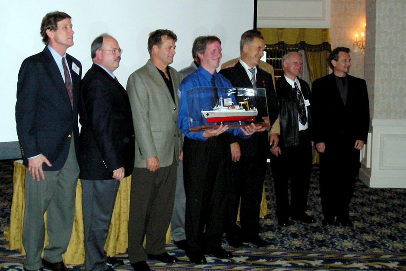 """Срещата в Лас Вегас, 2004 г. Едуард Кейлър (първият вляво), Александър Арбузов (третият вдясно) и екипажът на """"Мис Синявин"""". / Личен архив"""