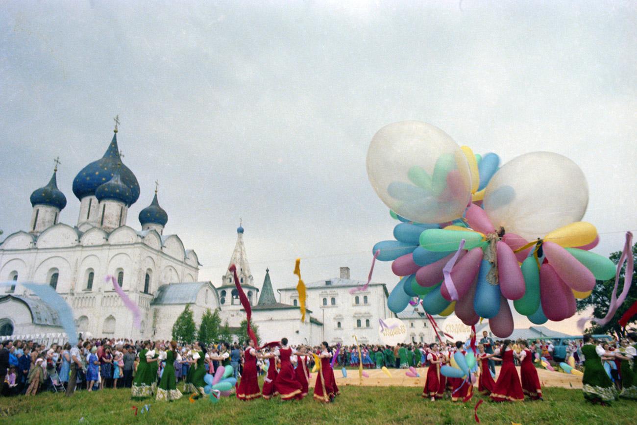 Festival Mentimun merupakan pesta rakyat tahunan paling populer dan terbesar di Suzdal untuk merayakan hasil panen mentimun sekaligus menyambut masuknya musim panas.