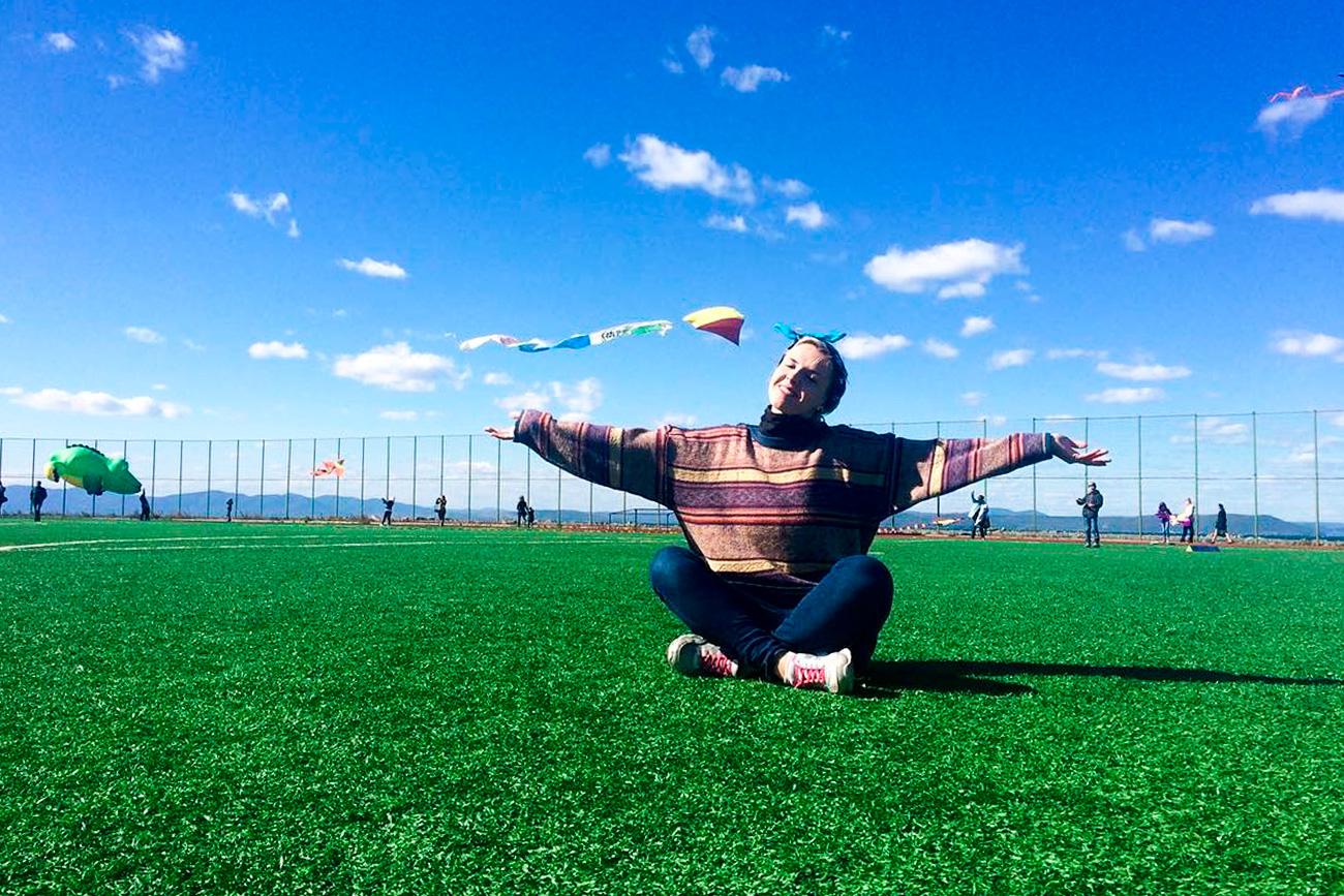 Vu du ciel, le Cap Cooper, où le stade a été construit, ressemble à un point vert lumineux séparant les eaux de la Baie de l'Amour de cette zone résidentielle de Vladivostok. Le stade est en effet bordé sur trois de ses côtés par la mer.