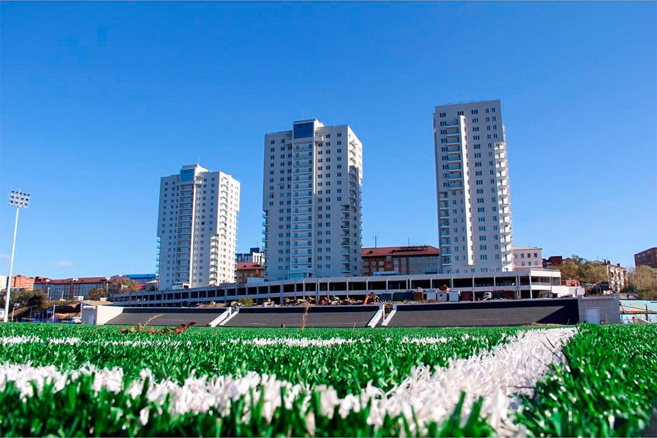 L'Université Maritime d'État de Vladivostok, à qui appartient le stade, était initialement réticente à l'idée d'ouvrir ce site récemment construit au public.