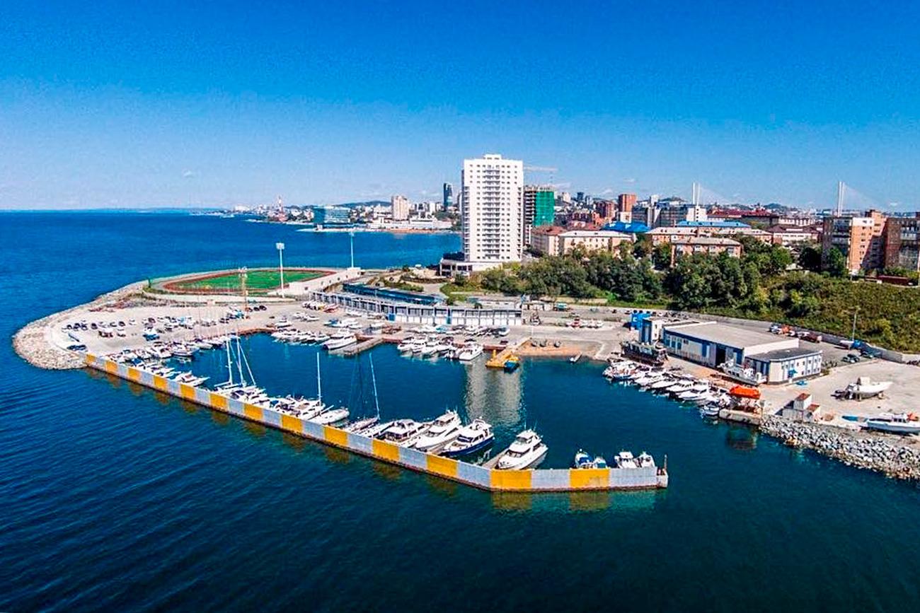 Поморскиот универзитет кој ги започна градежните работи на оваа локација уште во 2011, исто така има и јахт-клуб во непосредна близина. Во текот на повеќе од 50 години таму се тренираат млади морнари.