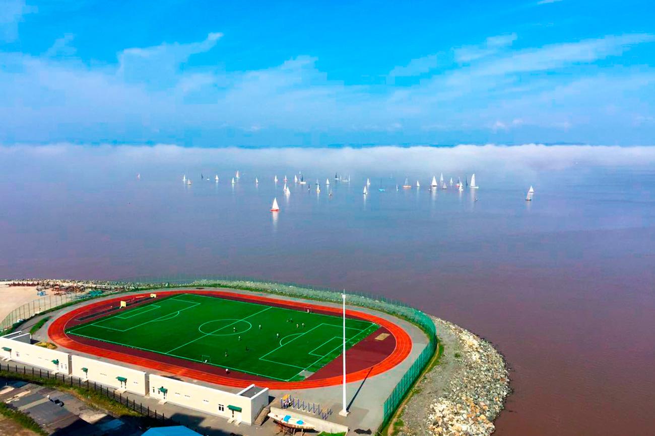 Ljudi koji žive blizu ove građevine imaju divan pogled. Tijekom ljeta će se lokalna djeca moći sigurno igrati pored tri metra visoke ograde stadiona.