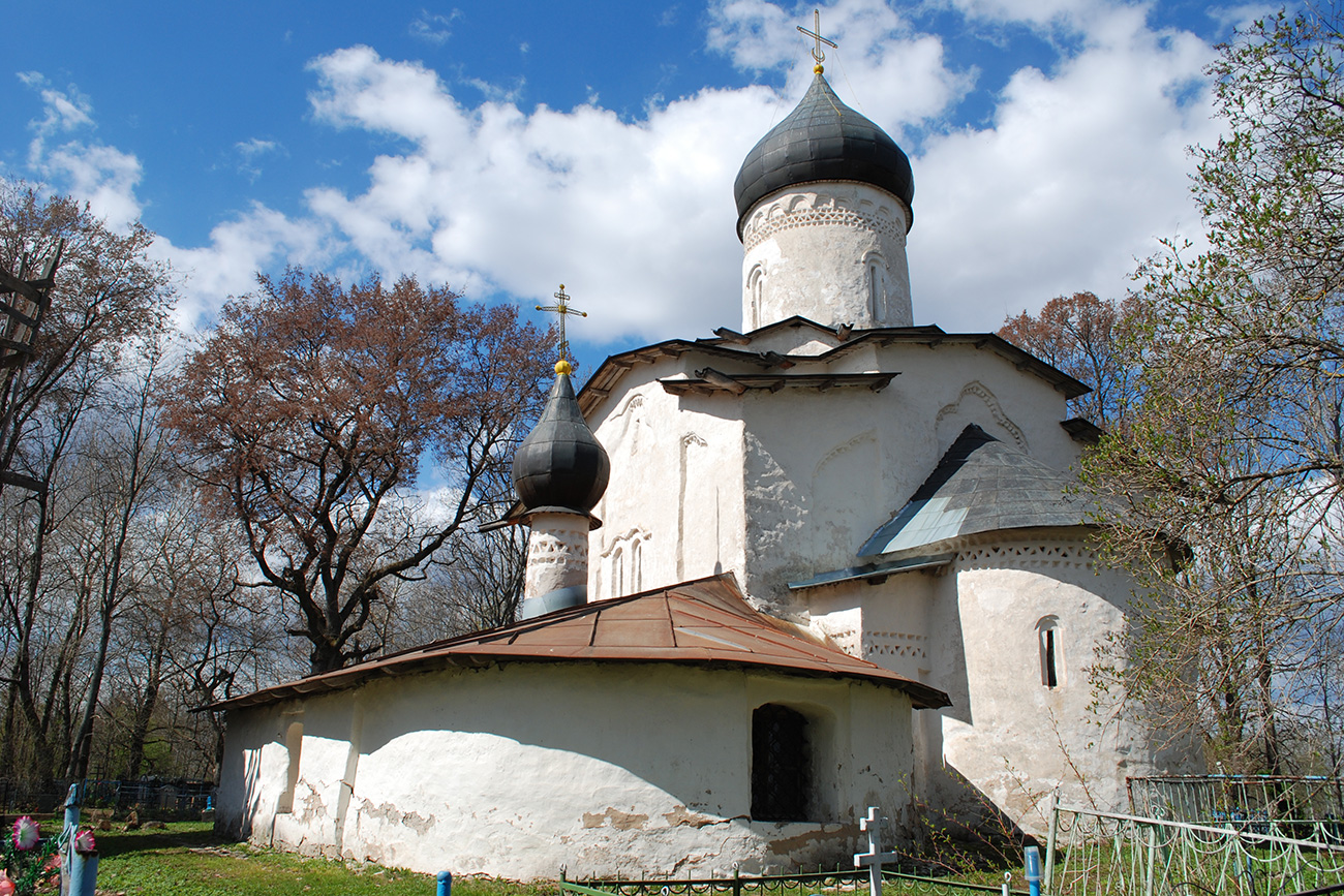 Do you know any famous restorers? Probably not. Their names are lost in history, though the work they do is extremely important. // The Church of the Assumption of the Virgin in the village of Meletovo near Pskov