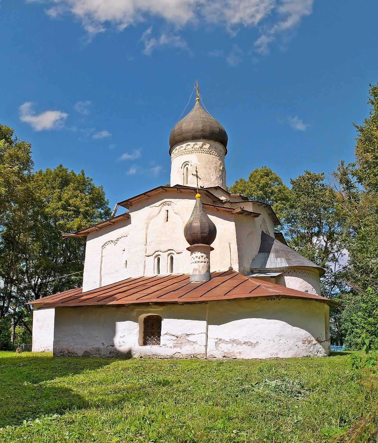 This year, the Grabar Center is busy raising funds for the restoration of another church in a bad condition - the Church of the Assumption of the Virgin in the village of Meletovo near Pskov. The church is in dire need of restoration.