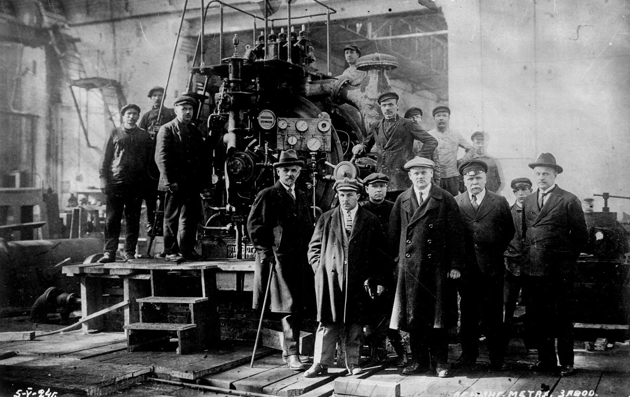 L'Usine métallique de Leningrad, Leningradsky Metallichesky Zavod (LMZ) en russe, est le plus grand fabricant russe de machines électriques et de turbines. Installée à Saint-Pétersbourg, cette usine fonctionne depuis 160 ans.L'usine a été fondée en 1857 par Sergueï Rasteriaïev, membre éminent de la bourgeoise russe. Il était l'un des rares marchands et hommes d'affaires autorisés à utiliser l'emblème national de l'Empire russe.Rasteriaïev commença par recruter les meilleurs et les plus brillants esprits allemands, mais en 1924, ce sont des ingénieurs russes qui créèrent les toutes premières turbines à vapeur et à eau en Russie.