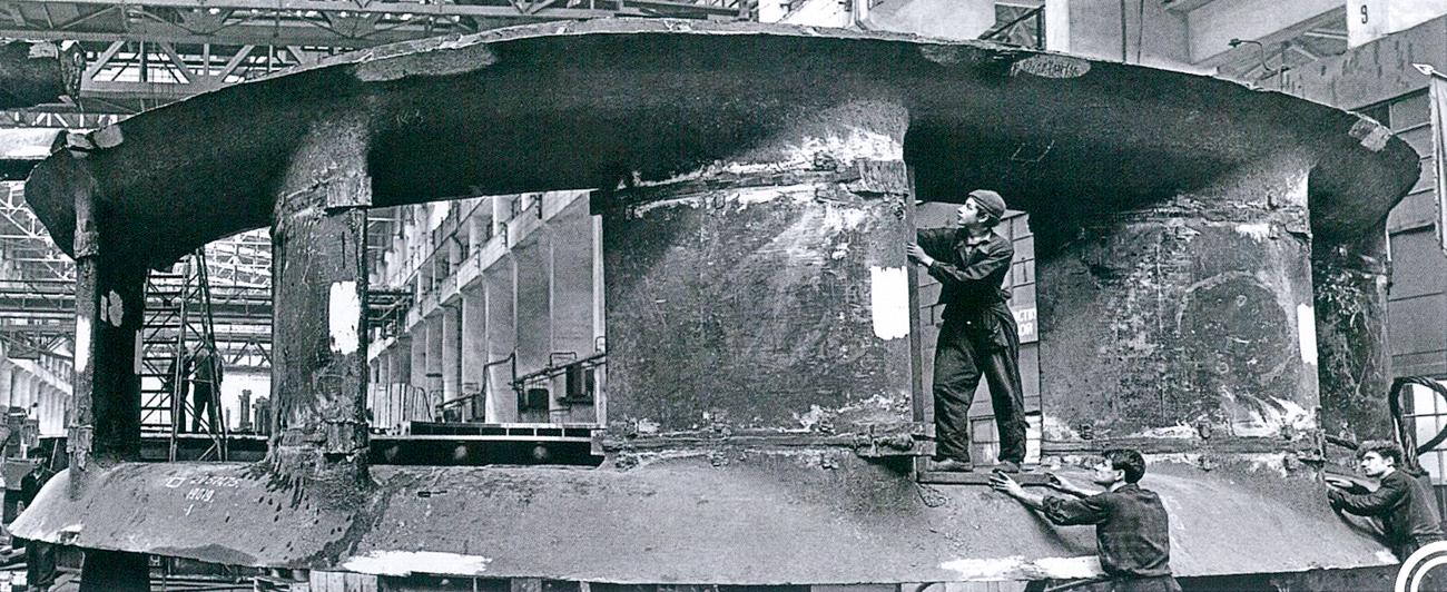 La révolution de 1917 effaça l'héritage bourgeois et mit la construction au premier plan, avec de nouveaux chantiers surgissant sans cesse. La capacité énergétique des turbines prit de l'ampleur et, en 1963, les ingénieurs de l'usine créèrent la plus grande et la plus puissante turbine à axes radiaux pour la centrale hydroélectrique de Krasnoïarsk.