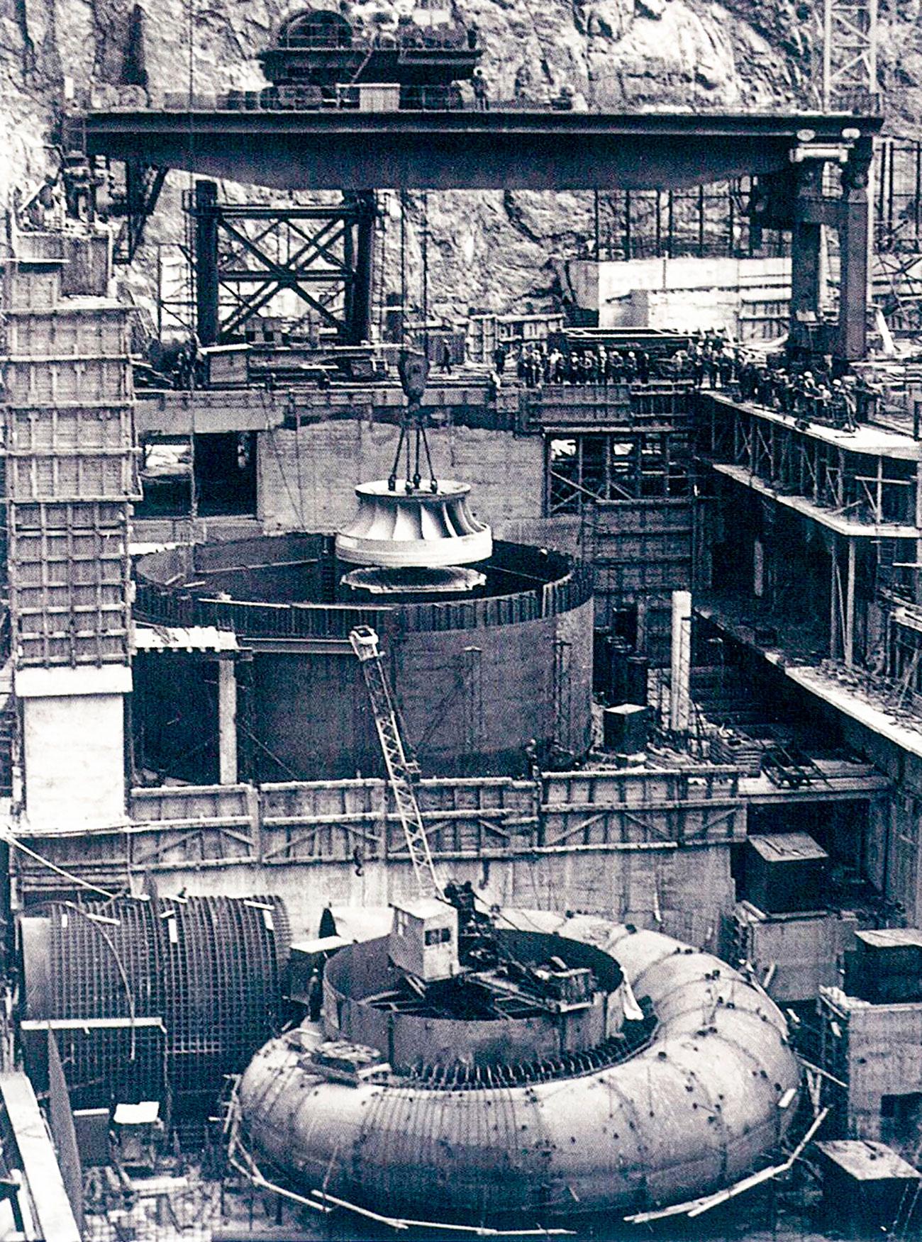 L'usine a toujours voulu être « la plus grande et la plus puissante ». En 1977, elle lança la fabrication de groupes hydrauliques et ses machines se répandirent rapidement à travers le monde.