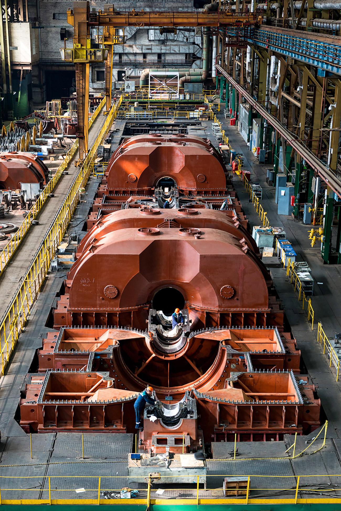 Après la dissolution de l'Union soviétique, l'usine fut rattachée à la plus grande société de l'industrie des centrales électriques de Russie, Silovye Machiny (« machines électriques »). Mais le superlatif « la plus grande » ne lui suffisait pas. La société décida d'investir du temps et de l'argent dans la R&D pour concevoir et créer des produits de grande qualité.