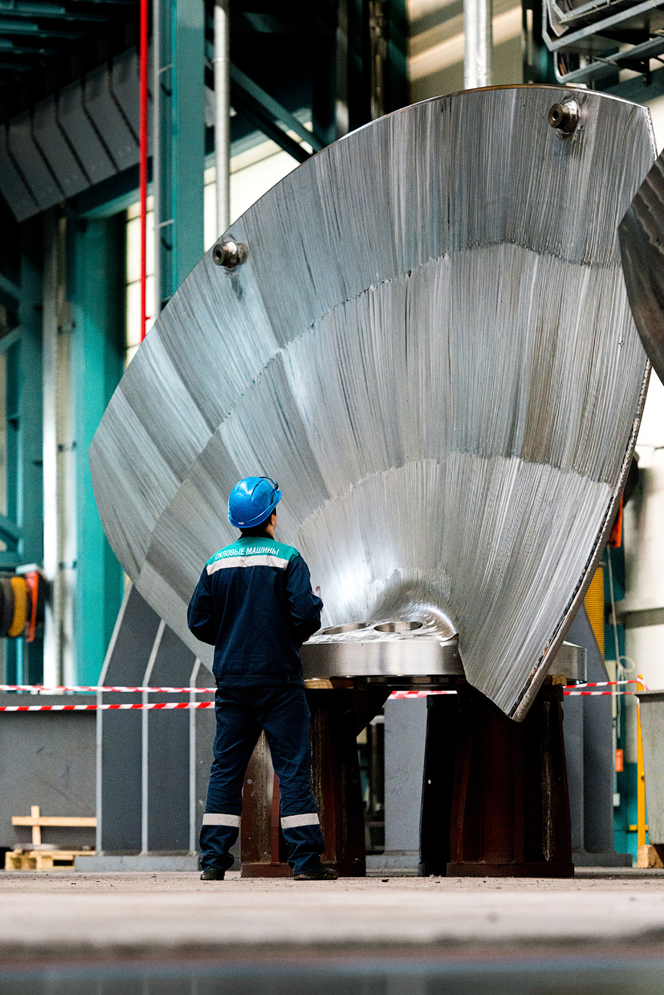 La plupart des centrales russes utilisent également des turbines fabriquées par LMZ. Ses ingénieurs ont construit la centrale hydroélectrique de Saïano-Chouchensk, la plus grande en Russie. En août 2009, elle a subi un accident terrible qui a provoqué l'inondation de l'ensemble des machines.