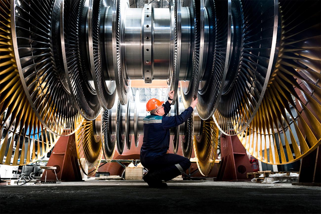 Une turbine peut peser jusqu'à 1 500 tonnes et mesurer  environ 60 mètres de long. Une turbine de ce type a été fabriquée pour la centrale nucléaire de Leningrad et devrait entrer en service en 2018.