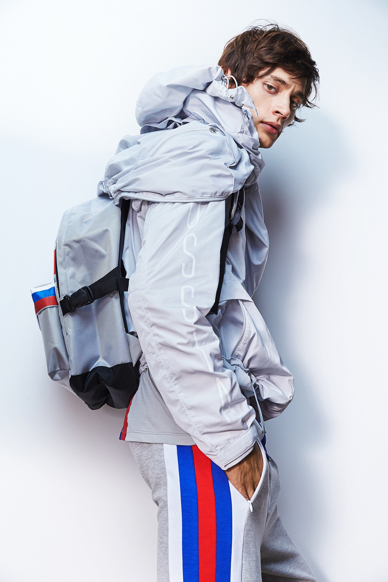 """La nuova collezione è influenzata dalla moda contemporanea e dalla cultura giovanile. La tonalità di grigio """"urban grey"""" è il colore base, a cui si coniugano il bianco, rosso e blu della bandiera russa"""