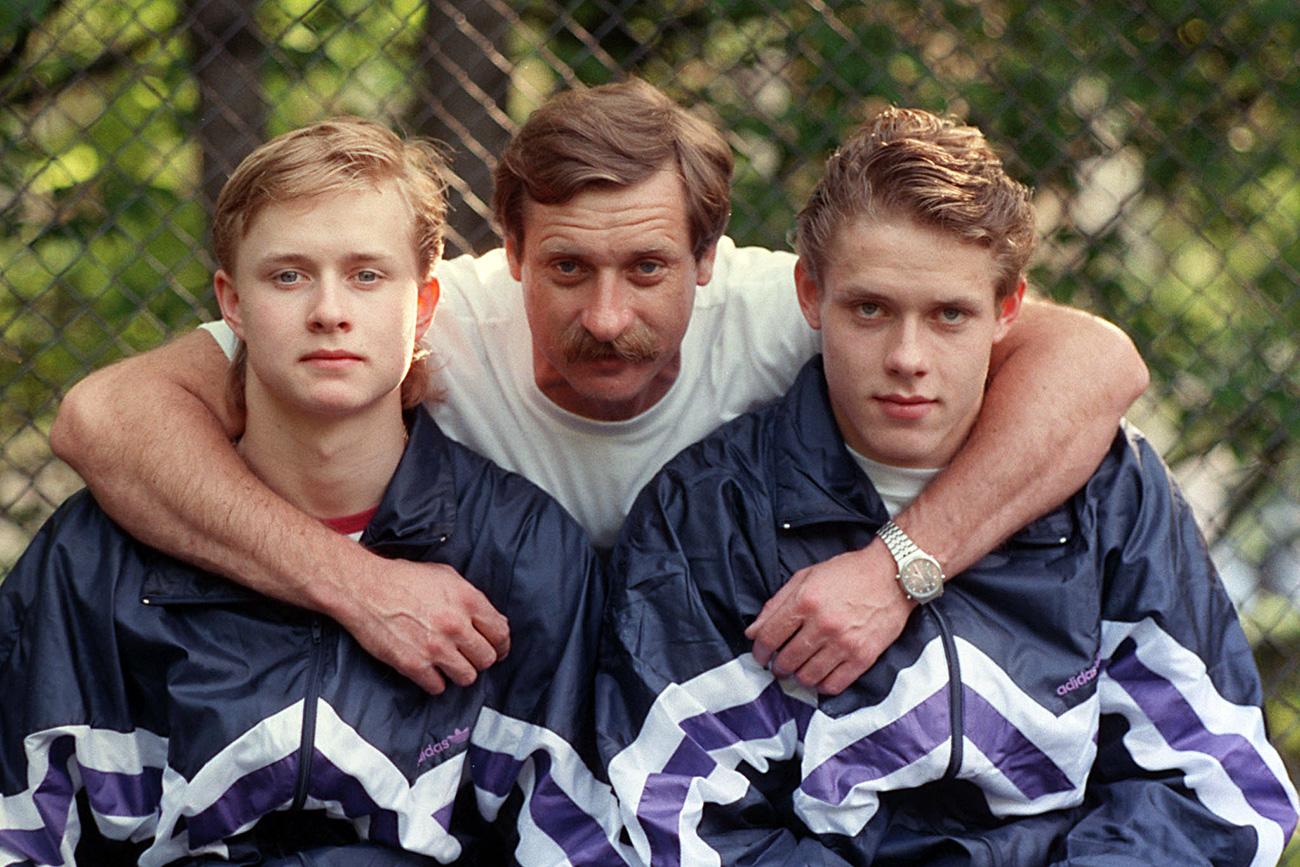 Il nuotatore Vladimir Bure con i figli Valerij (a sinistra) e Pavel (a destra), giocatori di hockey