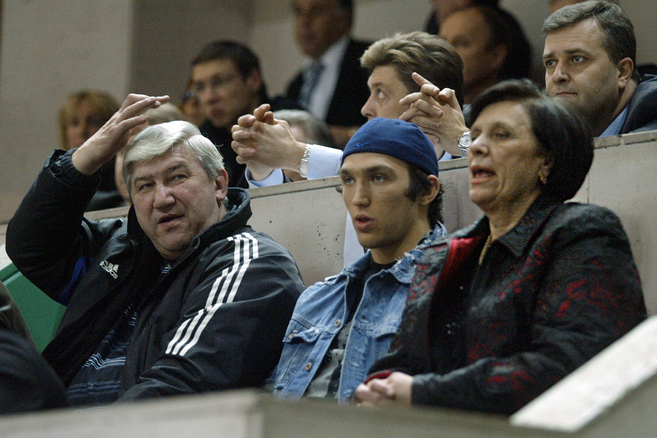 Tatyana Ovechkina, president of the women's basketball club Dinamo, with her husband Mikhail (left) and son Alexander (center).  / Vitaly Belousov/TASS