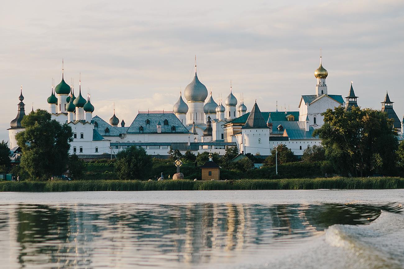 Поглед на Ростовски Кремљ, језеро Неро, Ростов Велики. Извор: Варвара Герте/РИА Новости
