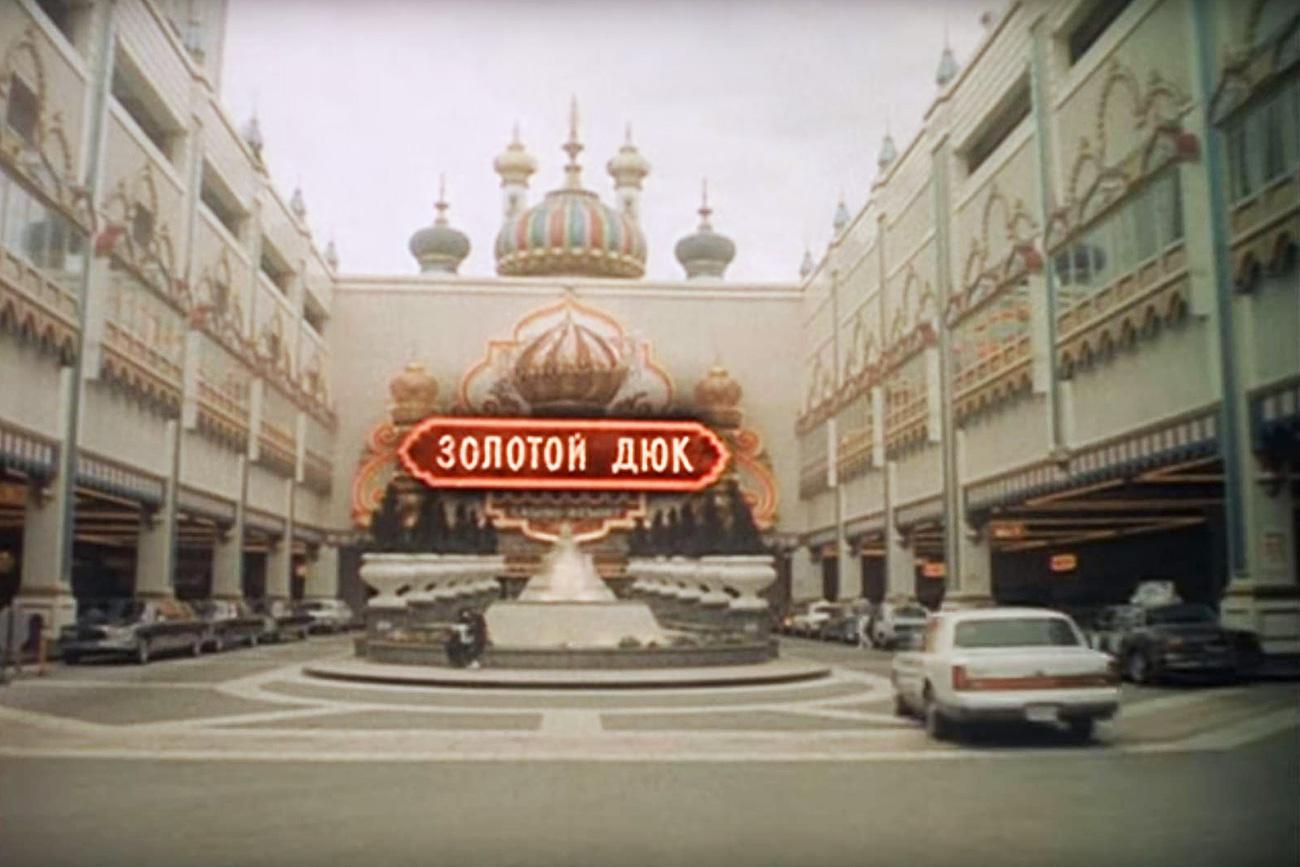 """Cena de """"O tempo é bom em Deribasovskaia, chove de novo em Brighton Beach"""""""