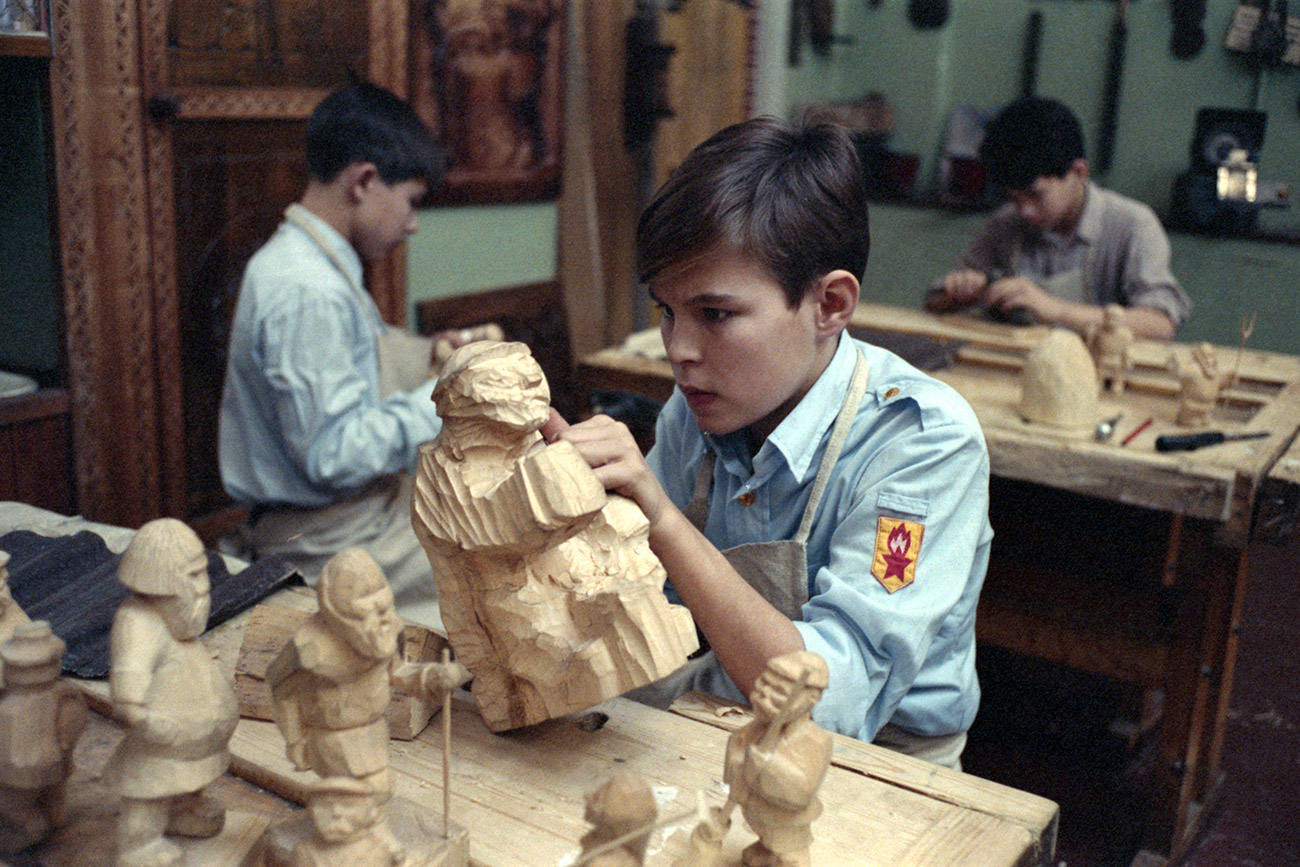Student of the music and arts boarding school gets ready to enter Bogorodsky Wood Carving College, 1990 / TASS