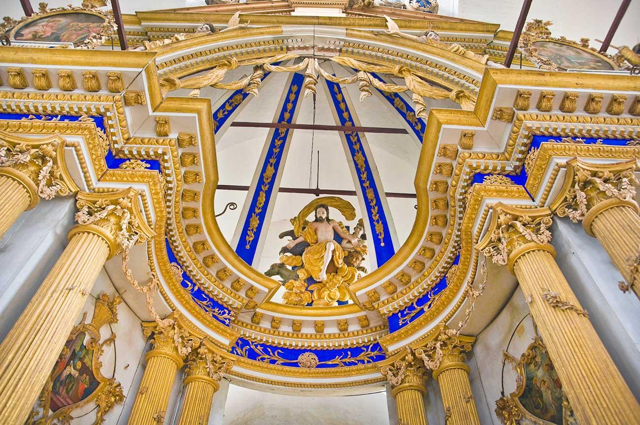 Cattedrale della Trasfigurazione di Belozersk: iconostasi, scultura di Cristo con i simboli dei quattro evangelisti, agosto 2009
