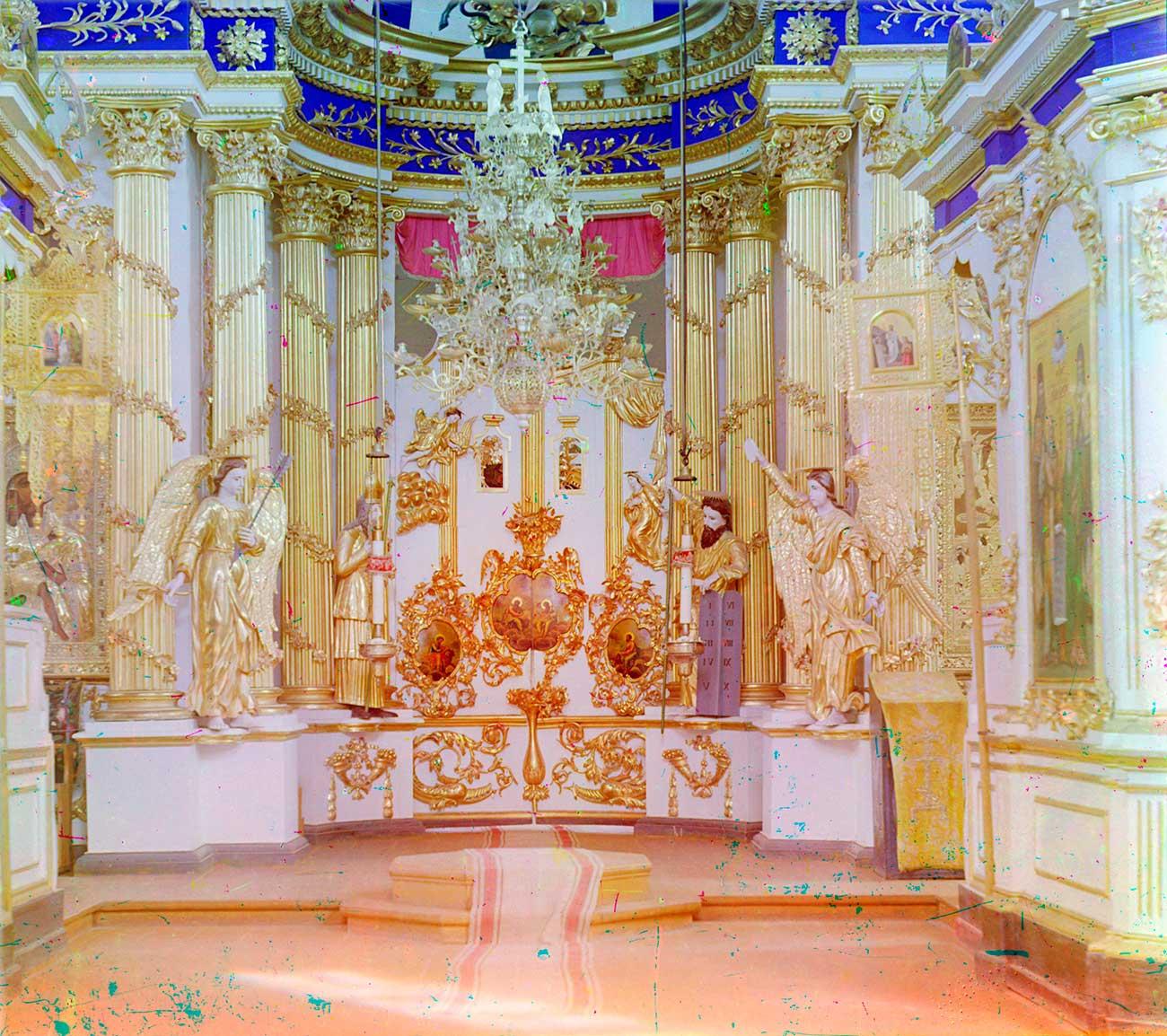 Cattedrale della Trasfigurazione di Belozersk: iconostasi, sezione inferiore con la Porta reale, estate 1909. Fonte: Sergej Prokudin-Gorskij