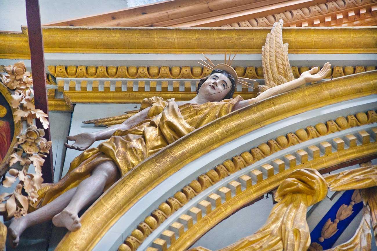Cattedrale della Trasfigurazione di Belozersk, l'angelo sopra l'arco dell'iconostasi, agosto 2009. Fonte: William Brumfield