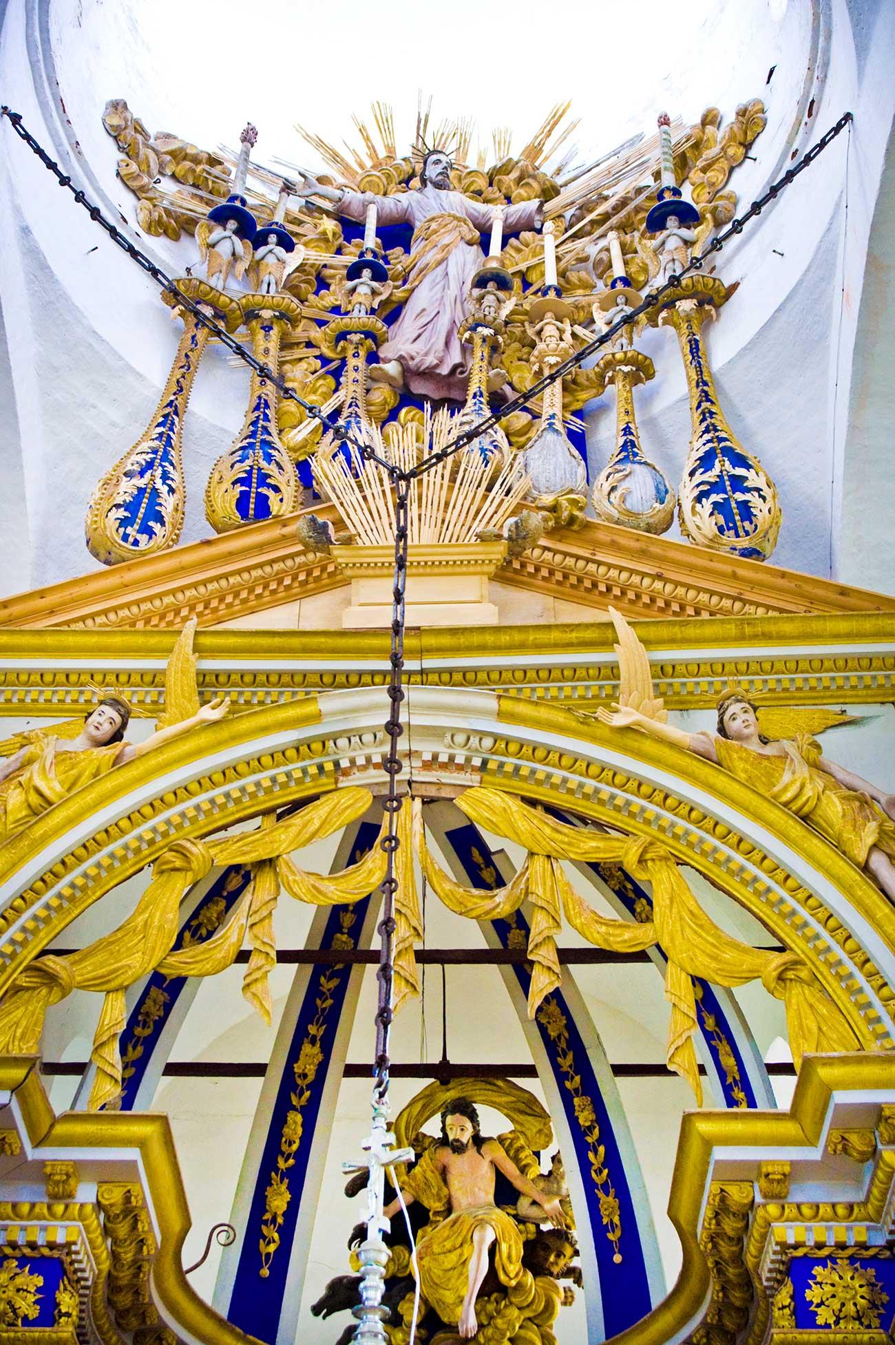 Cattedrale della Trasfigurazione di Belozersk, sezione superiore dell'iconostasi, Cristo con i simboli degli evangelisti e Ascensione di Cristo, agosto 2009. Fonte: William Brumfield