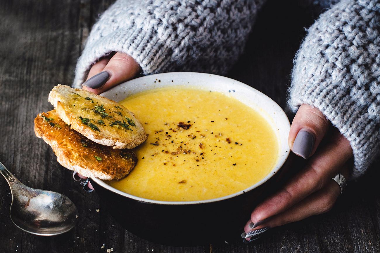 Sup krim wortel dengan roti garlic. Sumber: Getty Images