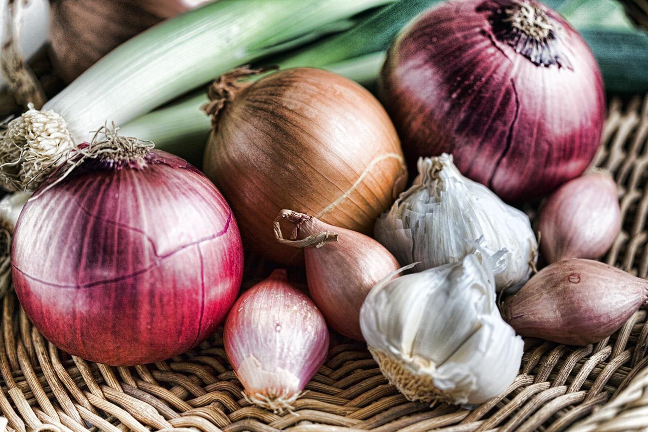 Bawang bombai, bawang putih, dan bawang merah untuk melawan pilek. Sumber: Getty Images