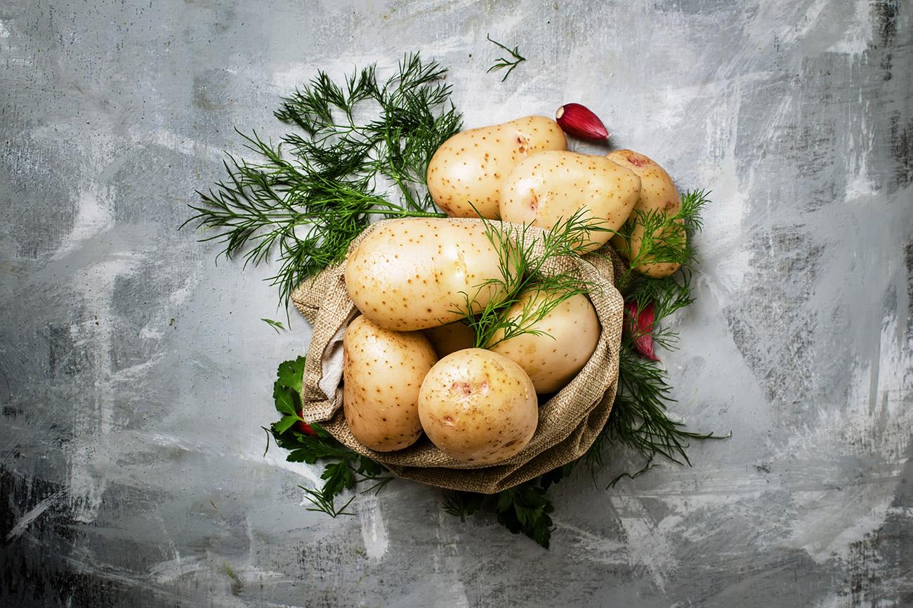 Kentang muda segar dengan adas sowa, peterseli, dan bawang putih — hidangan favorit orang Rusia. Sumber: Legion Media