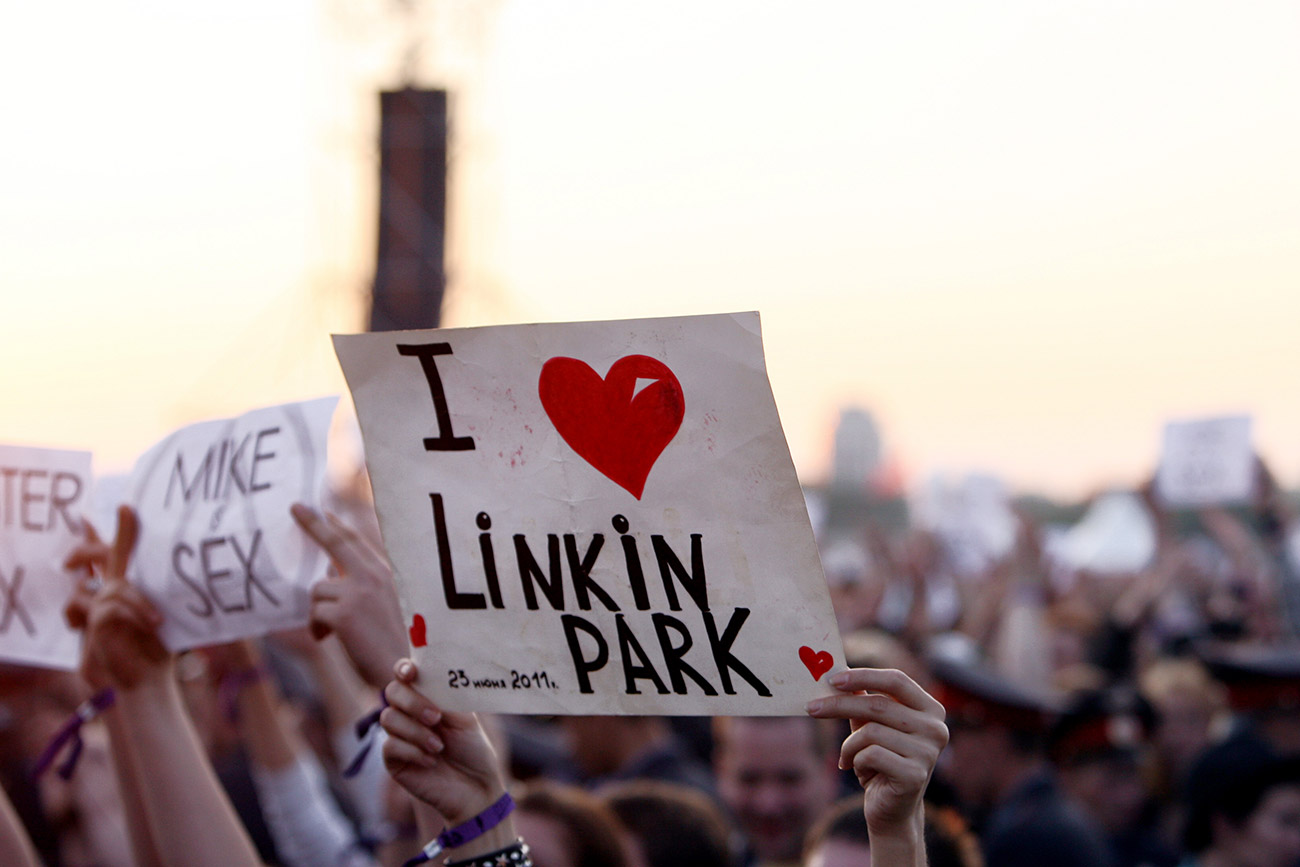 "A girl holding a placard ""I love Linkin Park"" at Maxidrom 2012 international rock music festival in Moscow. / Nina Burmistrova/TASS"