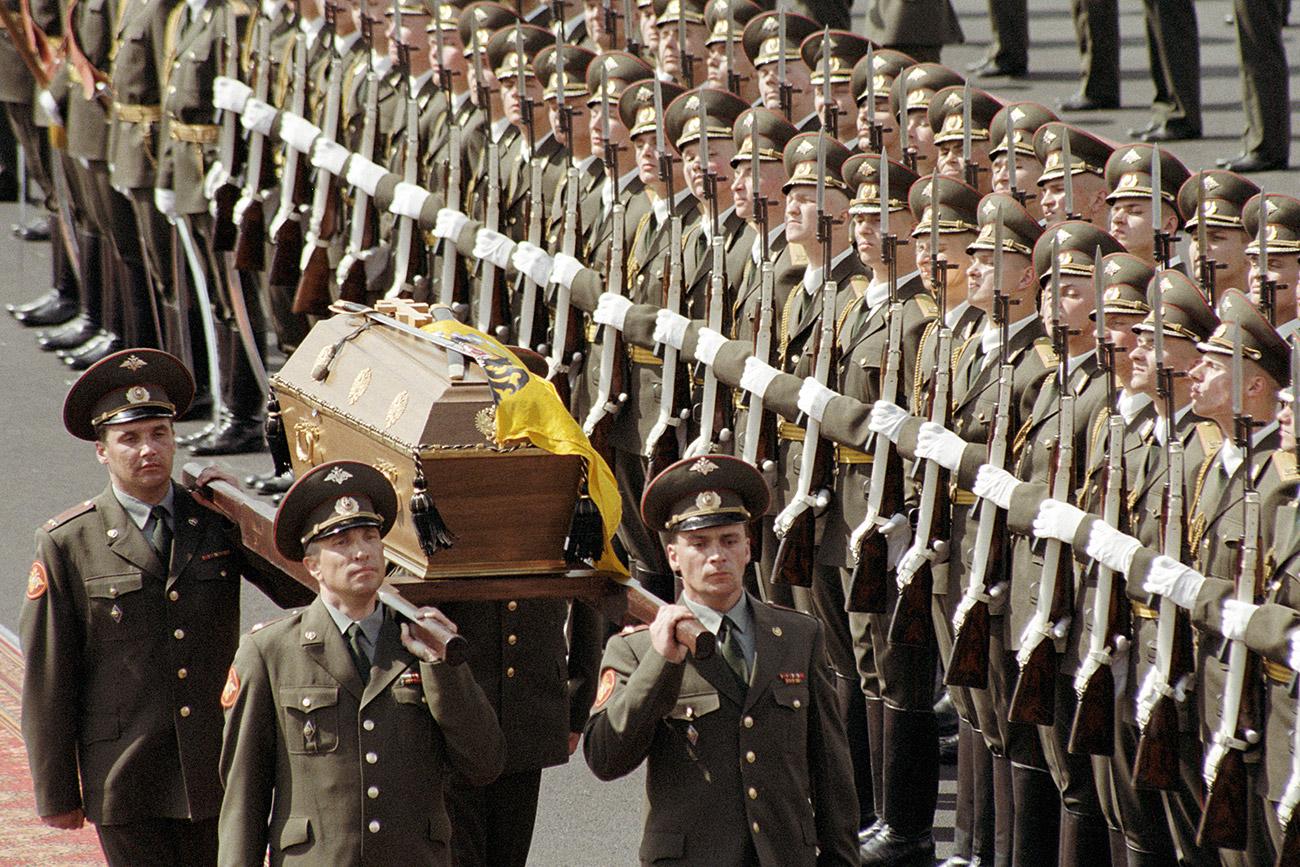 Il corteo che accompagna la bara dello zar Nicola II alla Cattedrale di Pietro e Paolo di San Pietroburgo. Fonte: Igor Mikhalev/RIA Novosti