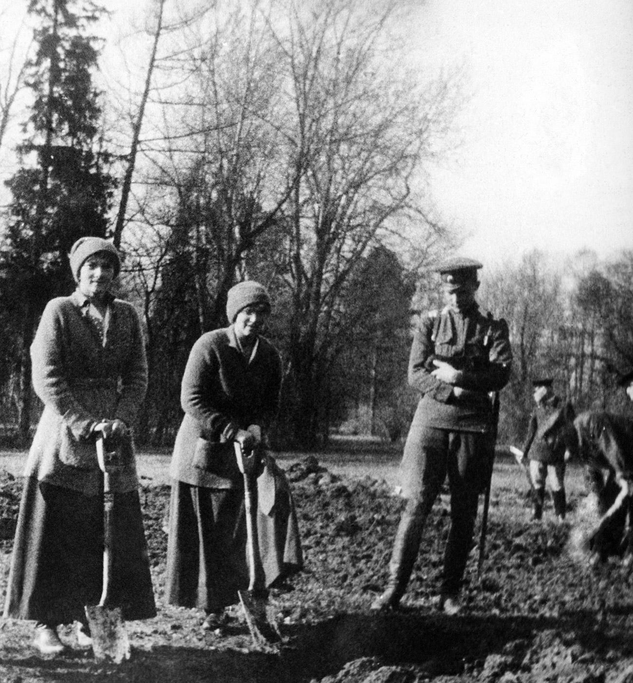 Da sinistra, le granduchesse Anastasia e Tatiana Nikolaevna, figlie dello zar Nicola II. Fonte: Tass