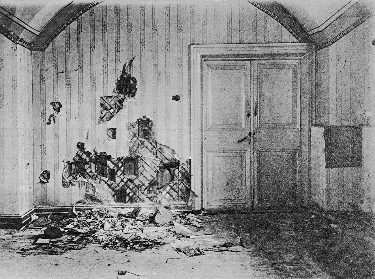 Room in the house of Ipatiev, Ekaterinburg, where the Russian royal family was brutally murdered. 1918