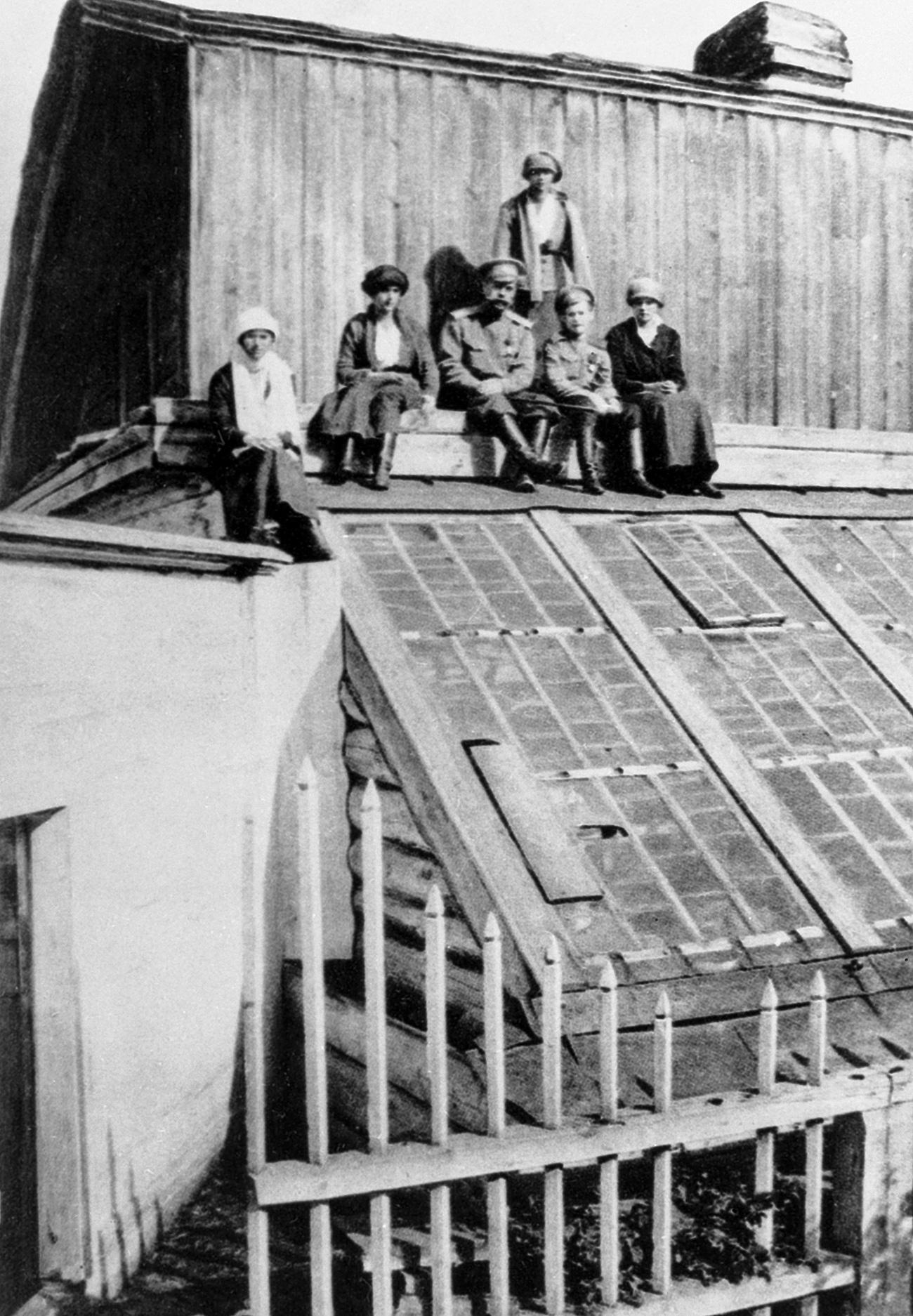 I Romanov sul tetto della casa di Tobolsk dove vennero mandati in esilio prima di essere trasferiti a Ekaterinburg, dove vennero fucilati, 1918. Fonte: Ria Novosti
