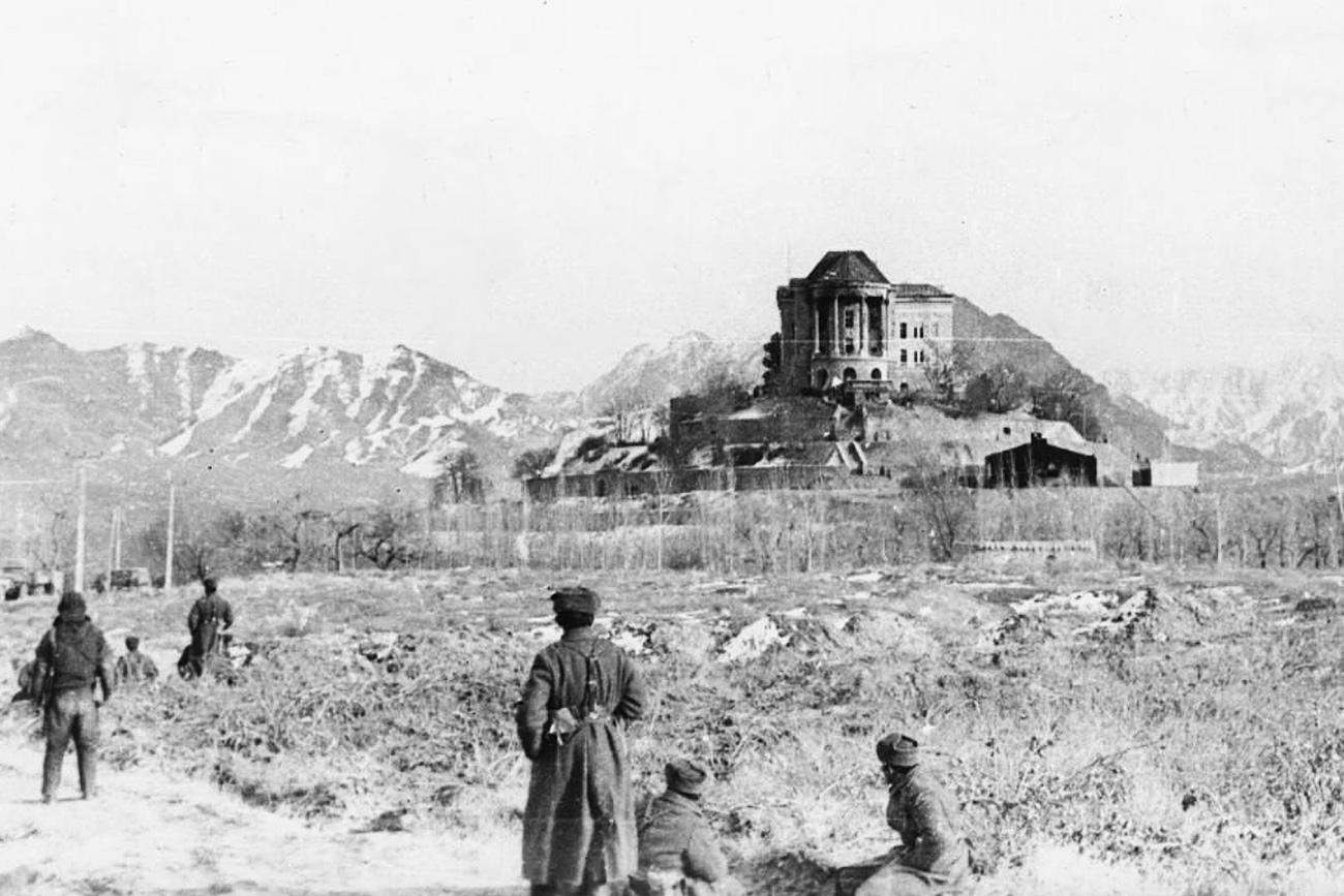 Pogled z desnega krila na palačo Tajbeg v Kabulu po napadu s strani sovjetske skupine Alfa, 27. 12. 1979.